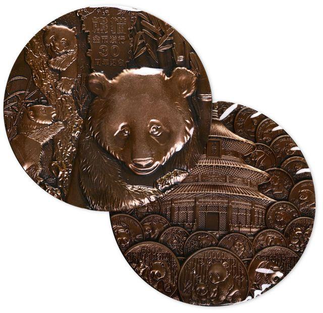 2012年中国熊猫金币发行30周年纪念大铜章,海外版,原盒装,附证书NO.Z0293。直径90mm,发行量300枚。正面为憨厚、活泼、可爱的熊猫和茂盛的竹林,背面为三十年来发行的熊猫金银币围绕着天坛。