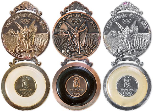 2008年北京奥运会纪念奖牌一套三枚,原装盒、附证书NO.01192。均为直径70mm,发行量20008套。正面图案为国际奥委会统一规定的图案—插上翅膀站立的希腊胜利女神和希腊潘纳辛纳科竞技场;背面图