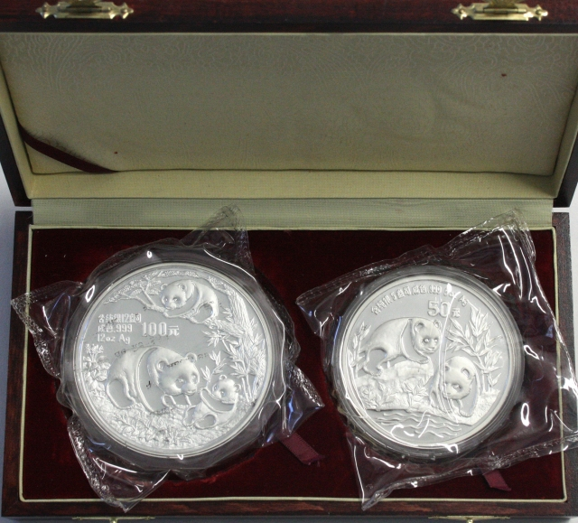 Set 2 pieces: 100 Yuan silver 12 Ounce 1991 three pandas and 50Yuan 5 Ounce silver 1991 two pandas a