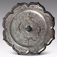 仙骑纹菱花铜镜