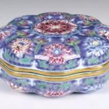 清康熙紫地珐琅彩莲纹八瓣椭式盖盒