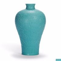 清乾隆官窑松石绿釉雕瓷凤穿花纹梅瓶