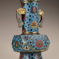 明15世纪早期 铜胎掐丝珐琅缠枝莲纹兽耳倭角瓶
