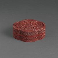 清乾隆 剔红落花流水纹花形盒