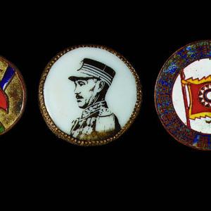 民国陆军军官学校十七期毕业证章一枚、抗战胜利纪念铜章、蒋介石像瓷章各一枚