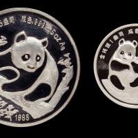 1988年慕尼黑国际硬币展销会5盎司熊猫银币一枚;1990年慕尼黑国际硬币展销会1盎司银币一枚