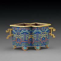 清乾隆 铜胎掐丝珐琅蓝地兽面纹方胜形炉
