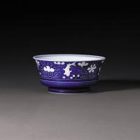 清雍正 蓝地白花鱼藻纹盉式碗