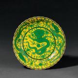 清乾隆 黄地绿彩龙穿花纹花口盘