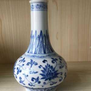 大明成化年制款缠枝花卉纹青花荸荠(锥把瓶)瓶